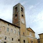 Links das archäologische Museum, in der Mitte den Turm und rechts den Dom