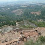 Blick über des Dorf Chiusure zum Kloster Monte Olivetti Maggiore