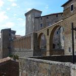 Aquädukt vor dem Palazzo Orsini