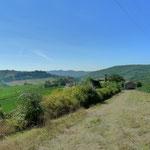 Im Vordergrund, frühmittelalterliche Siedlung San Piero, am zerfallen