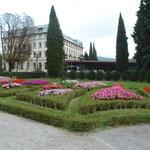 Blumenrabatten mit Lido Palace Hotel