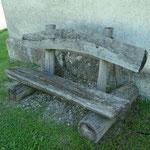 Originelle Ruhebank vor der Kapelle