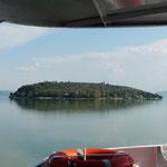 Blick vom Schiff auf die Insel Maggiore