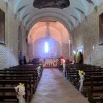 Die Kirche wird für eine Hochzeit vorbereitet