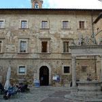 Palazzo Avignonesi mit Brunnen