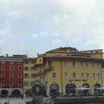 Piazza 3 Novembre mit Stadtturm Torre Apponale aus dem Jahre 1220