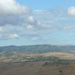 Wanderziel links San Quirico und im Hintergrund rechts Montepulciano