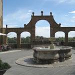 Das Aquädukt endet beim Brunnen auf der Piazza de Repubblica