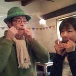 イベント1日目、口琴奏者・幕内純平さんから手ほどきを受けるアキコ。