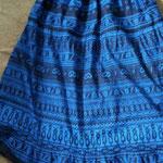 1枚目はギャザーのロングスカート