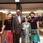 紅茶の産地・メルー出身のキタンバ書記官とスワヒリ語の宇野みどりさんと一緒に。