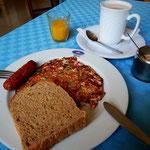 朝食:パン、たまご、ソーセージ、ジュース、チャイ