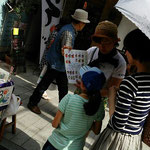 横浜マダムとお嬢さんに、交友会の活動をご説明しています
