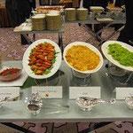 ケニア料理(左からカチュンバリ、サモサ、ピラウ、イリオ)。ほかにもチャポーやスクマウィキもありました。