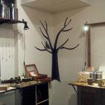 奥には手作りの作品が展示・販売されています