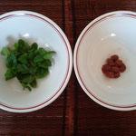 ミントと梅干しの種に熱湯を注ぎます。