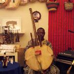 22弦もあるという、マリの楽器「コラ」を弾くママドゥさん