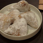 チャイといっしょに粉砂糖をまぶしたマハムリをいただきました
