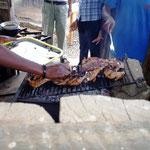 人気No.1のごちそう、地鶏を炭火で焼きあげます