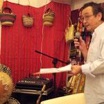 カフェのオーナー柳澤さんが、ミュージシャンの紹介をしています