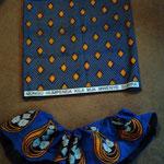 上部にウエスト部分用の左右布を付けてから、真ん中の布と一緒に「わ」に縫う。下部用に上下布の両端を合わせて一枚にしてから、しつけ糸でギャザーを寄せ、その上からミシンで縫う。