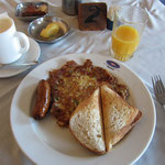 朝ごはんは、スパニッシュオムレツとトーストとソーセージ