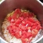 トマトを加えます