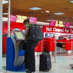 ケニア人も自動発券機を使いこなします。