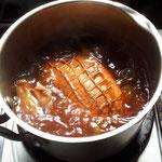 豚肉を煮ています
