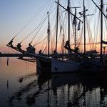 Schiffe in der Morgendämmerung.