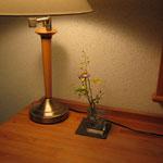 部屋のスタンドと生け花