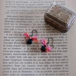 作家:yohaku 品名:pierce「子どもたちの手のひらの中、褪せることのない思い出」(イヤリング変更可) サイズ:長さ約1cm 価格:4,320円(税込) 送料:610円〜(ゆうパック60サイズ、地域により価格が異なります。) 素材:ピアス金具(真鍮→金属アレルギーの方ご注意)、真鍮(アンティーク加工)、オニキス、シルクリボン