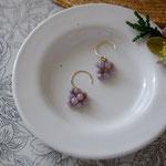 作家:yohaku 品名:pierce「森のおたのしみ-purple jade-」(イヤリング変更可、ただし、デザイン・素材違い(真鍮にゴールドメッキ)になります。) サイズ:モチーフ約1.4cm 価格:5,400円(税込) 送料:一律500円(クロネコヤマトコンパクト利用) 素材:14kGF金具、パープルジェード