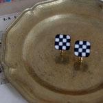 作家:yohaku 品名:earring「biscuits」(ピアス変更不可) サイズ:モチーフ約1.2cm角  価格:4,860円(税込) 送料:一律500円(クロネコヤマトコンパクト利用) 素材:イヤリング金具(真鍮ゴールドメッキ→金属アレルギーの方ご注意)、ヴィンテージボタン