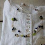 作家:yohaku 品名:necklace「collage necklace -idyl-」 サイズ:長さ約48cm 価格:12,960円(税込) 送料:一律500円(クロネコヤマトコンパクト利用) 素材:14kGF金具、レッドカラーカルセドニー、シェル、ガラスビーズ、ヴィンテージスパンコール、ヴィンテージガラスビーズ、アイオライト、チェコガラスビーズ、ナイロンコートワイヤー