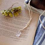 作家:yohaku 品名:ribbon necklace「amatsubu-crystal-」 サイズ:長さ約100cm(自分で結ぶ仕様) 価格:5,400円(税込) 送料:一律500円(クロネコヤマトコンパクト利用) 素材:14kGF金具、シルクリボン、クリスタル