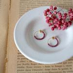作家:yohaku 品名:hoop earring「color of berries」 サイズ:直径約1.5cm 価格:6,480円(税込) 送料:一律500円(クロネコヤマトコンパクト利用) 素材:フープ型イヤリング金具(真鍮ゴールドメッキ→金属アレルギーの方ご注意)、ガーネット