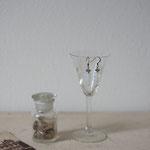 作家:yohaku 品名:pierce「parfum du brouillard -rectangle-」(イヤリング変更可) サイズ:長さ約2.4cm 価格:4,860円(税込) 送料:一律500円(クロネコヤマトコンパクト利用) 素材:ピアス金具(真鍮(アンティーク加工)→金属アレルギーの方ご注意)、ヴィンテージガラスビーズ、真鍮、グレームーンストーン