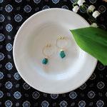 作家:yohaku 品名:earring「あの日の海」 サイズ:モチーフ長さ約1cm 価格:4,860円(税込) 送料:一律500円(クロネコヤマトコンパクト利用) 素材:フープ型イヤリング金具(真鍮ゴールドメッキ→金属アレルギーの方ご注意)、淡水パール、真鍮ビーズ、クリソコラ