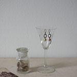作家:yohaku 品名:pierce「羊、あるいは白へのオマージュ - ring -」(イヤリング変更可) サイズ:長さ約1.9cm 価格:4,320円(税込) 送料:一律500円(クロネコヤマトコンパクト利用) 素材:ピアス金具(真鍮(アンティーク加工)→金属アレルギーの方ご注意)、ヴィンテージガラスパール