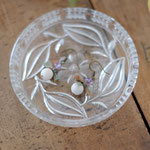 作家:yohaku 品名:pierce「toridori  -violet×khaki-」(イヤリング変更可) サイズ:長さ約1.7〜8cm 価格:4,320円(税込) 送料:610円〜(ゆうパック60サイズ、地域により価格が異なります。) 素材:ピアス金具(真鍮→金属アレルギーの方ご注意)、真鍮(アンティーク加工)、リバーストーン、シルクリボン、アメジスト