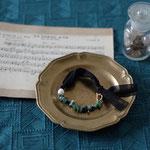 作家:yohaku 品名:bracelet 「nid -emerald-」サイズ:長さ約16cm 価格:10,800円(税込) 送料:一律500円(クロネコヤマトコンパクト利用) 素材:真鍮(ゴールドメッキ)、シルクジョーゼットリボン、エメラルド、淡水パール、ヴェルメイユ
