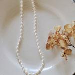 作家:yohaku 品名:necklace「petit bonheur -oeufs et pois-」 サイズ:長さ約45cm 価格:9,720円(税込) 送料:一律500円(クロネコヤマトコンパクト利用) 素材:14kGF金具、ガラスシードビーズ、淡水パール