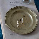 作家:yohaku 品名:pierce「羊、あるいは白へのオマージュ -glass pearl  II -」(イヤリング変更可) サイズ:長さ約2.2cm 価格:4,104円(税込) 送料:一律500円(クロネコヤマトコンパクト利用) 素材:ピアス金具(真鍮(アンティーク加工)→金属アレルギーの方ご注意)、ヴェネチアンガラスパール