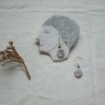 作家:yohaku 品名:pierce「象の背中」(イヤリング変更可、ただし、素材違い(真鍮にゴールドメッキ)になります。) サイズ:長さ約2cm 価格:4,860円(税込) 送料:610円〜(ゆうパック60サイズ、地域により価格が異なります。) 素材:ピアス金具(14KGF→金属アレルギーの方ご注意)、真鍮ワイヤー、グレイッシュブルージャスパー、アフリカンオパール、淡水パール