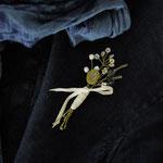 作家:yohaku 品名:brooch「季節の花摘みブローチ -moss green-」 サイズ:長さ約8~8.5cm 価格:3,780円(税込) 送料:一律500円(クロネコヤマトコンパクト) 素材:金具(真鍮アンティーク加工)、チェコガラスビーズ、ウッドビーズ、シェル、ヴェネチアンガラスビーズ、コットンリボン、造花用ワイヤー