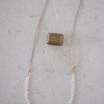 作家:yohaku 品名:necklace「白い花、摘んで束ねて」 サイズ:長さ約84cm 価格:16,200円(税込) 送料:610円〜(ゆうパック60サイズ、地域により価格が異なります。) 素材:真鍮(ゴールドメッキ)、14kGF、淡水パール、シルクコード、ヴィンテージブレード