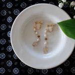 作家:yohaku 品名:earring「siesta」 サイズ:モチーフ長さ約4cm 価格:6,480円(税込) 送料:一律500円(クロネコヤマトコンパクト利用) 素材:イヤリング金具(真鍮ゴールドメッキ→金属アレルギーの方ご注意)、淡水パール、グロッシュラーガーネット、シャンパンクォーツ