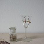 作家:yohaku 品名:pierce「羊、あるいは白へのオマージュ - ribbon -」(イヤリング変更可) サイズ:長さ約1.6cm 価格:4,320円(税込) 送料:一律500円(クロネコヤマトコンパクト利用) 素材:ピアス金具(真鍮(アンティーク加工)→金属アレルギーの方ご注意)、リバーストーン、ヴェネチアンガラスパール、シルクリボン