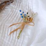 作家:yohaku 品名:brooch「季節の花摘みブローチ -blue+amber-」 サイズ:長さ約8~8.5cm 価格:3,780円(税込) 送料:一律500円(クロネコヤマトコンパクト) 素材:金具(真鍮アンティーク加工)、ブルーアゲート、アフリカンオパール、シェル、ヴィンテージガラスビーズ、コットンリボン、造花用ワイヤー